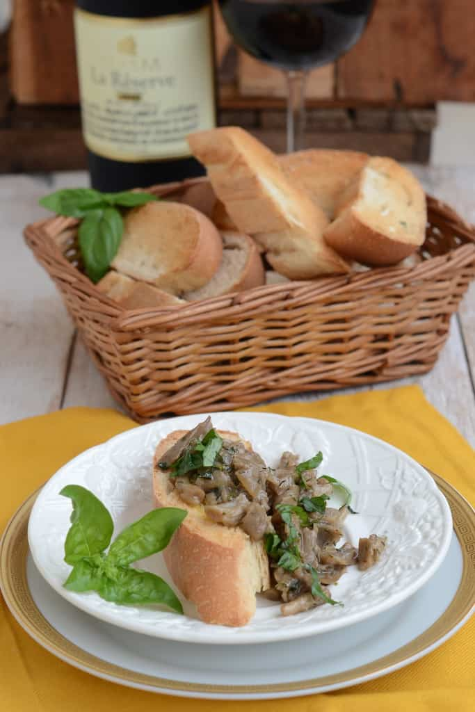Crostini with Oyster Mushroom in Red Wine and Cream Sauce