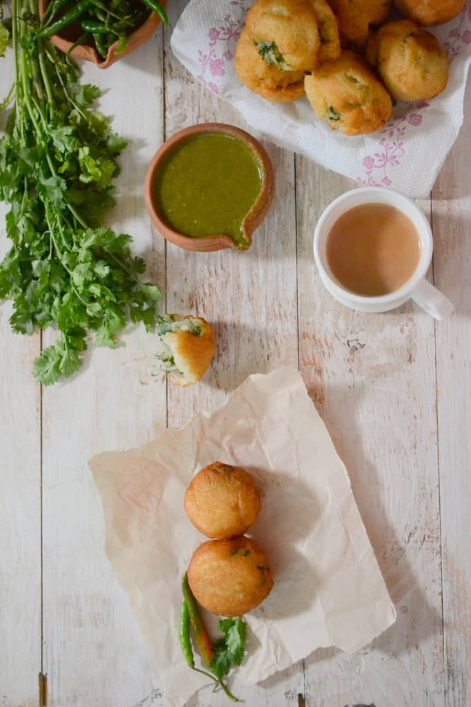 Bread Rolls are bread with a paneer and potato filling and is an easy to make fried snack which can be eaten with chutneys or sauces.