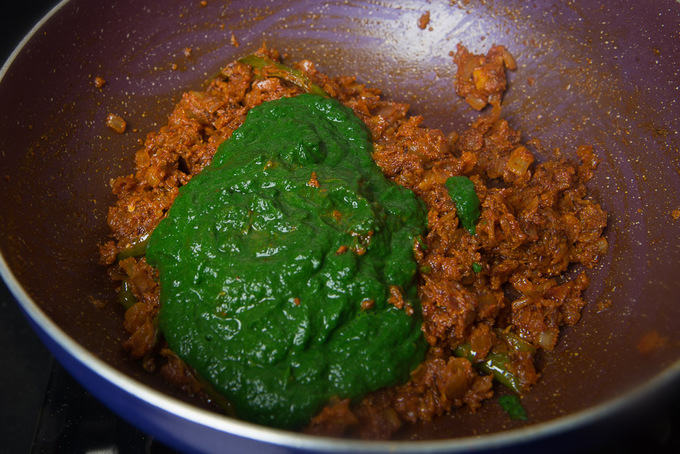 Spinach and methi puree added in the pan.