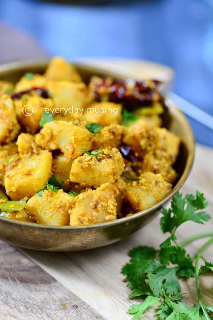 Til Vale Sookhe Aloo  / Potatoes with Sesame Seeds cooked with Indian Spices