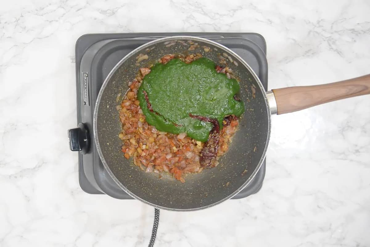Spinach puree added in the pan.