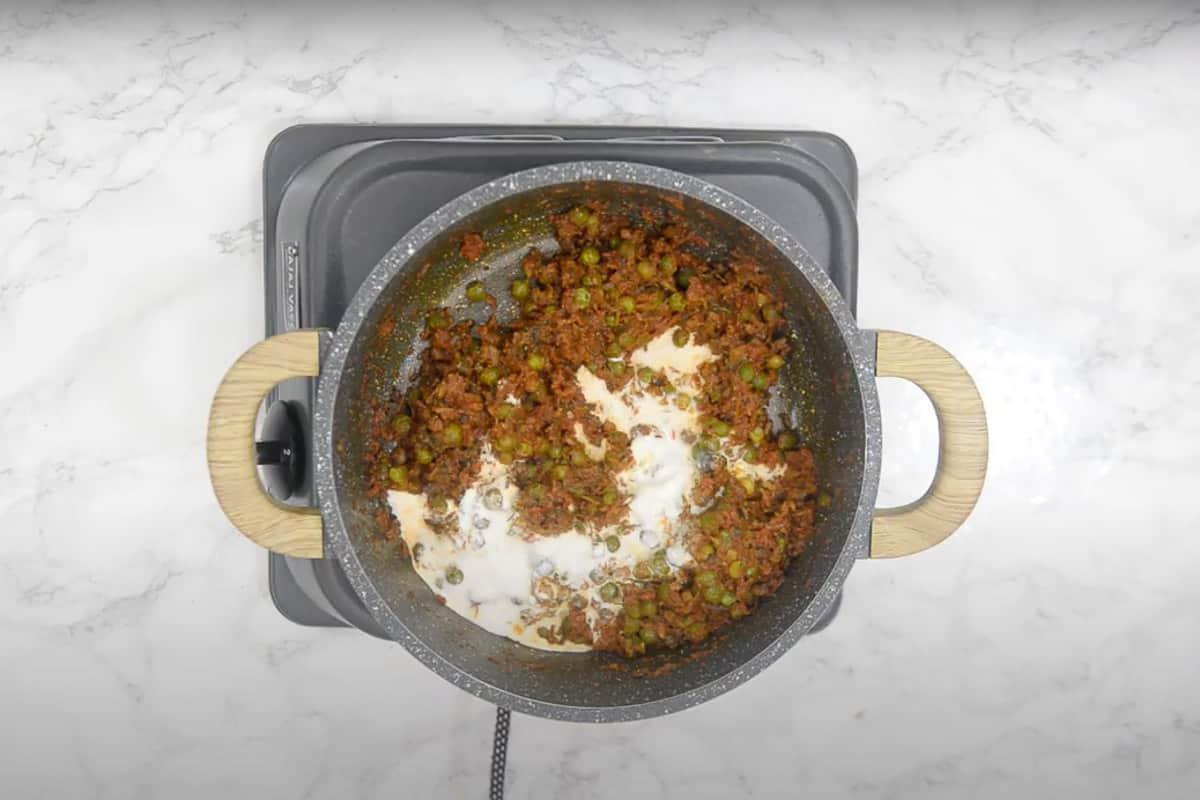 Fresh cream, kasuri methi and lemon juice added in the pan.
