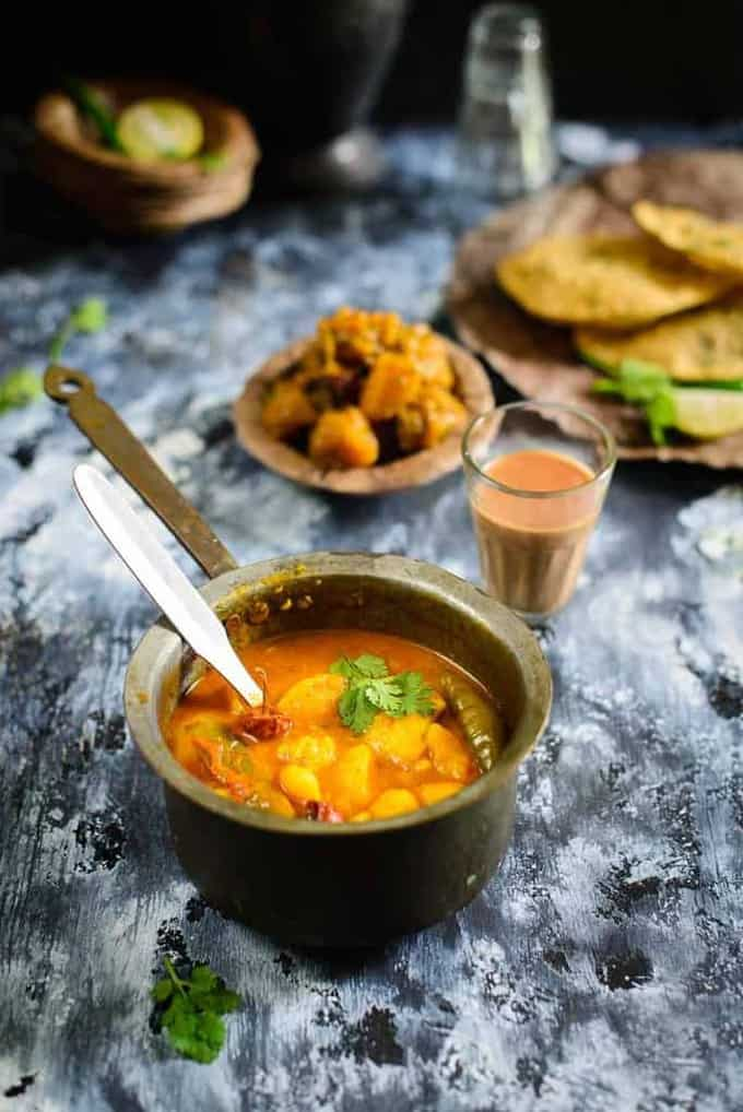 Mathura ke Dubki wale Aloo is a traditional spicy potato recipe from the streets of Mathura, A small town in Uttar Pradesh.