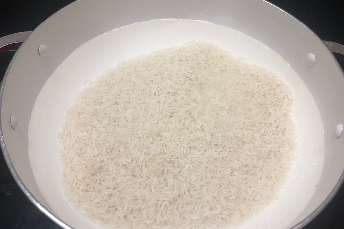 Soaked rice added in hot water.