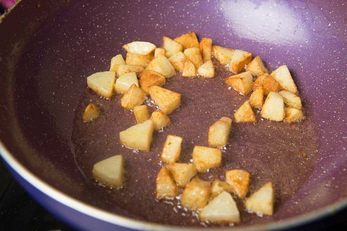 Browned potato in the pan