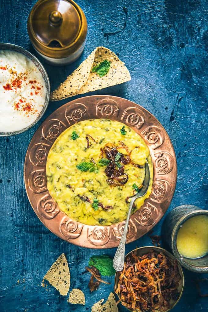Loaded with the goodness of spinach as well, Spinach Oats Khichdi is a perfect meal option on days when we wish consuming something light yet homely.