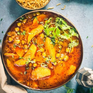 Aloo Matar Ki Rasedar Sabzi is a simple, delicious main course dish that vouches for a wholesome, healthy meal for your family. Read its recipe!
