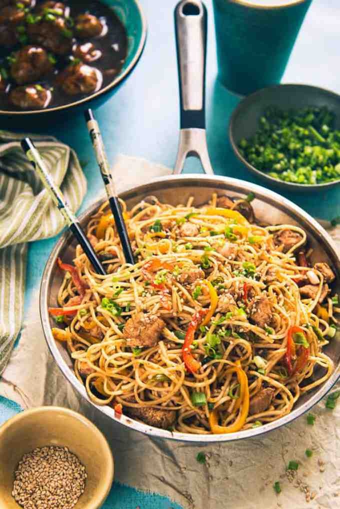 Made using toothsome Sriracha Sauce, chicken, veggies and noodles, Chicken Sriracha Noodles has a refined, refreshing flavour which makes a delicious meal!
