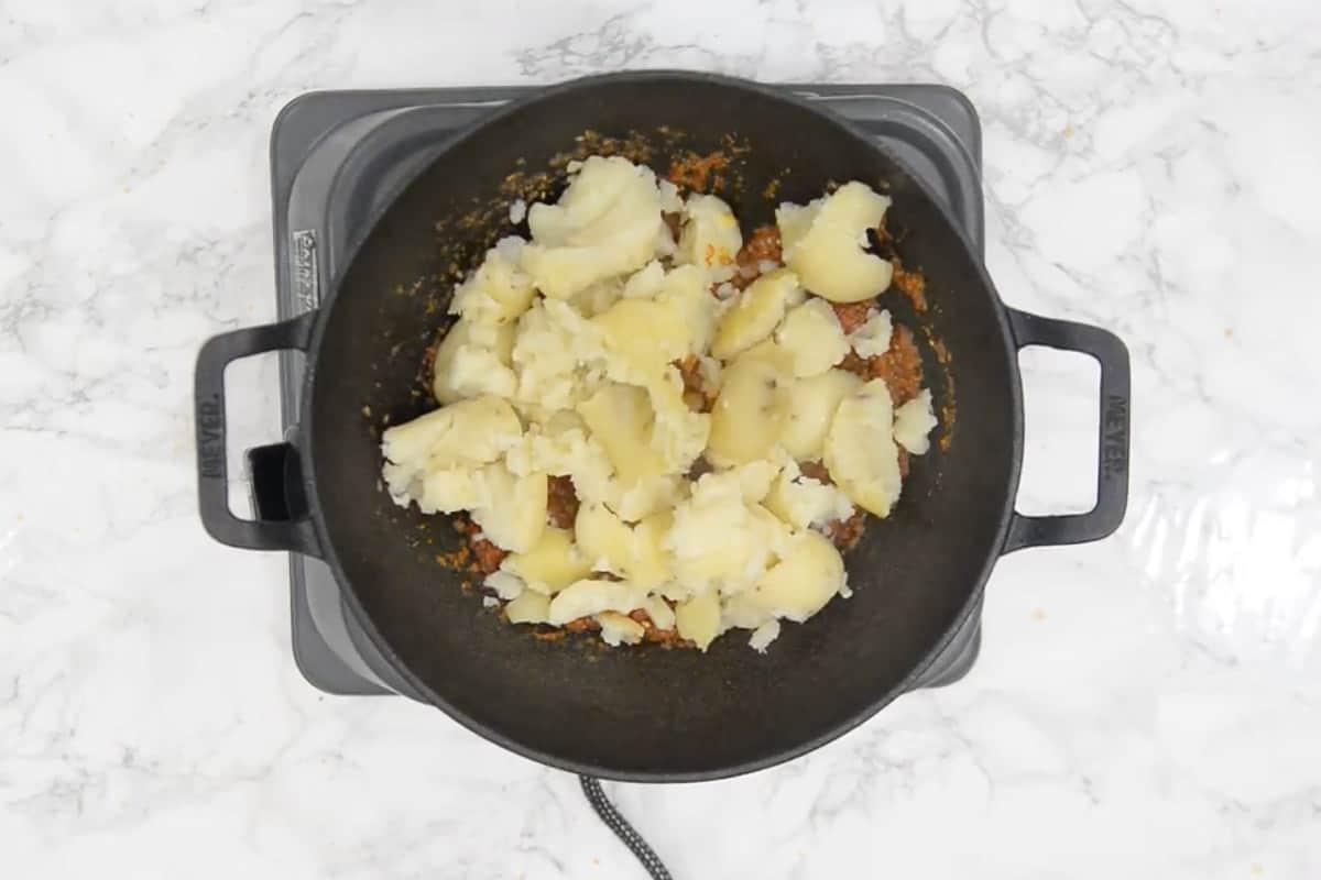 Broken potatoes added in the pan.