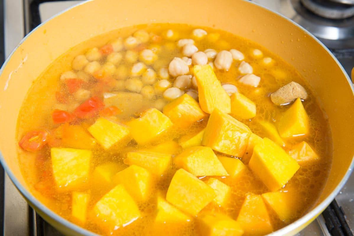 One Pot Chickpea Pumpkin Coconut Curry, Pumpkin Curry with Chickpeas, vegan pumpkin curry, pumpkin coconut curry, easy pumpkin curry,
