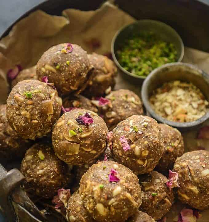 Gond ke laddu served on a plate.