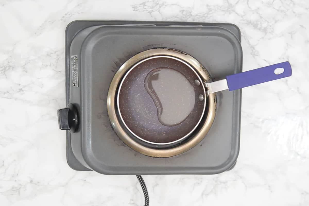 Oil for tempering heating in a pan.