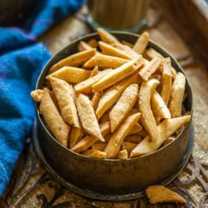 These crunchy diamond-shaped namak para are Indian crackers lightly spied with spices like carom seeds, cumin, or black pepper. Make these at home using my easy recipe.