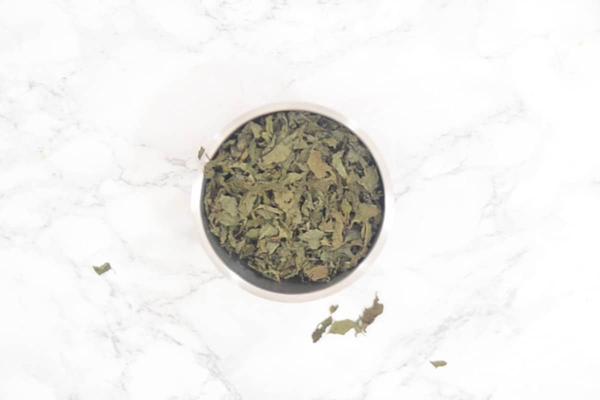 Dried leaves added in a grinder.