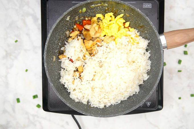 cooked chicken, egg and rice added in the pan.