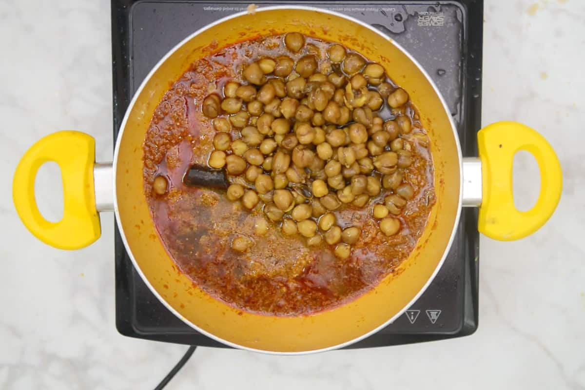 Cooked chickpeas added in the pan.