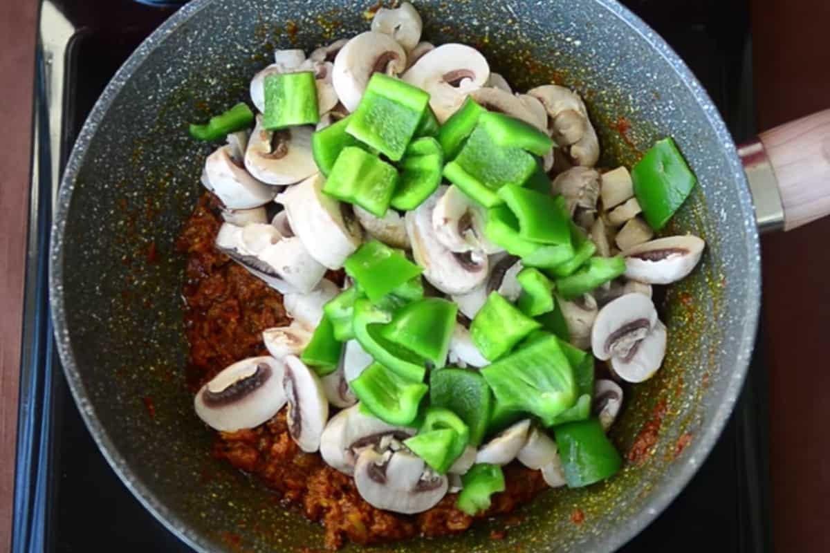 Mushroom and capsicum added in the pan.