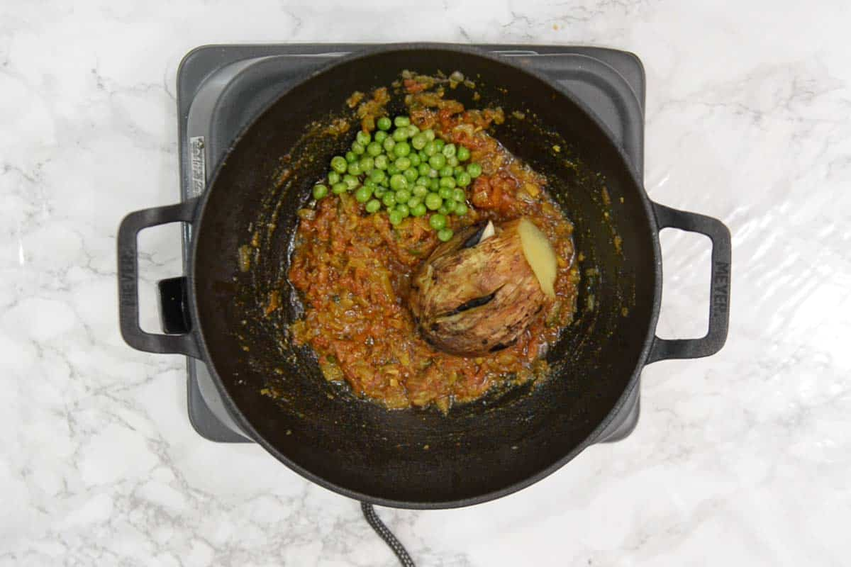 Peas and mashed eggplant added in the pan.