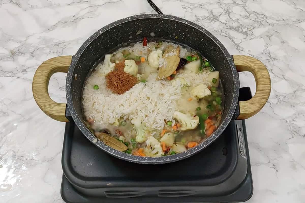 Rice, water, salt, lemon juice and garam masala powder added in the pan.