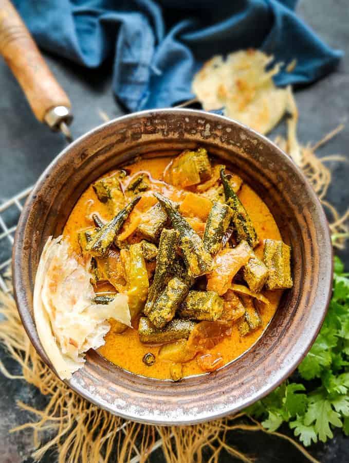 Dahi bhindi served in a bowl.