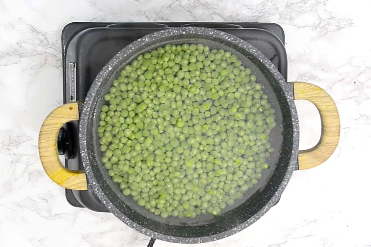 Peas dded in boiling water with sugar and salt.