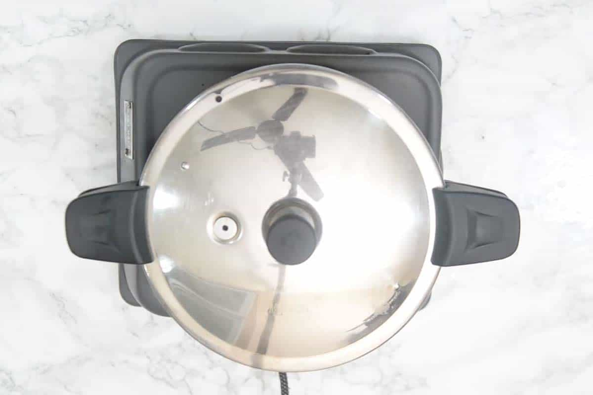 Lid of the cooker closed.