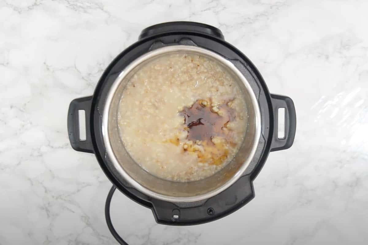 Honey and vanilla essence added to oatmeal