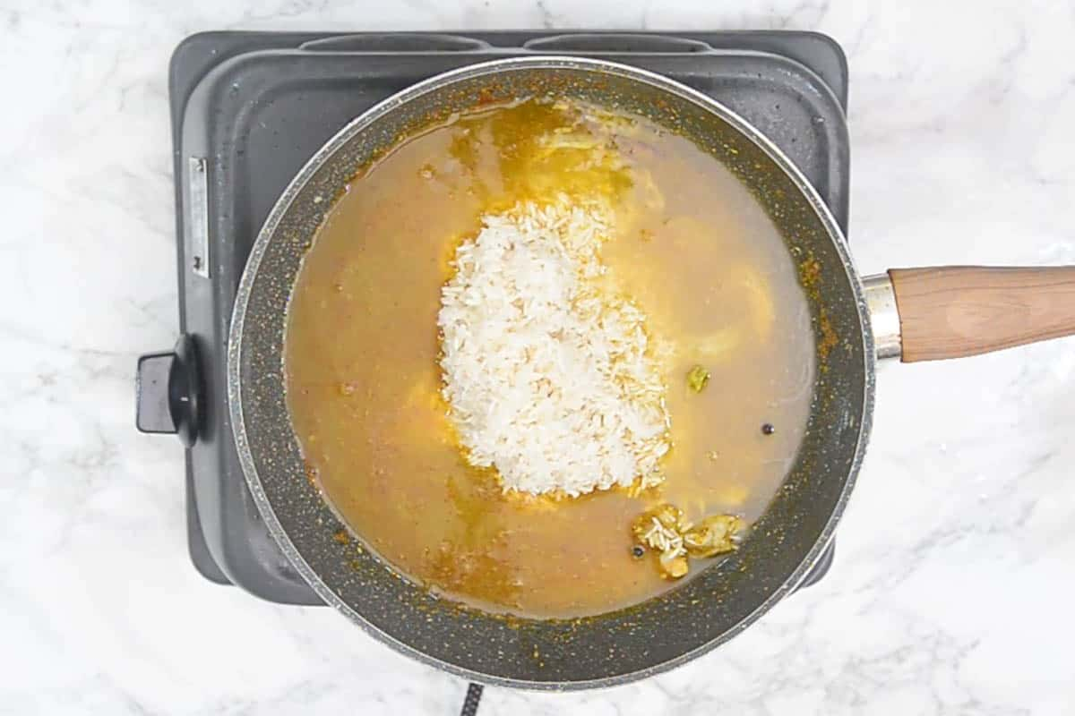rice and water added in the pan.