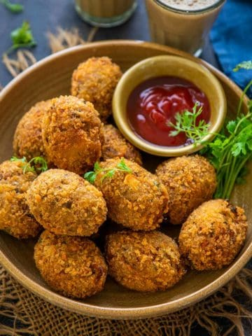 Make this easy peasy and vegetable-loaded crispy veg cutlet which can be served with green chutney and a hot cup of masala chai. These vegetable cutlets can be deep-fried, baked, or air fried as per your requirements.