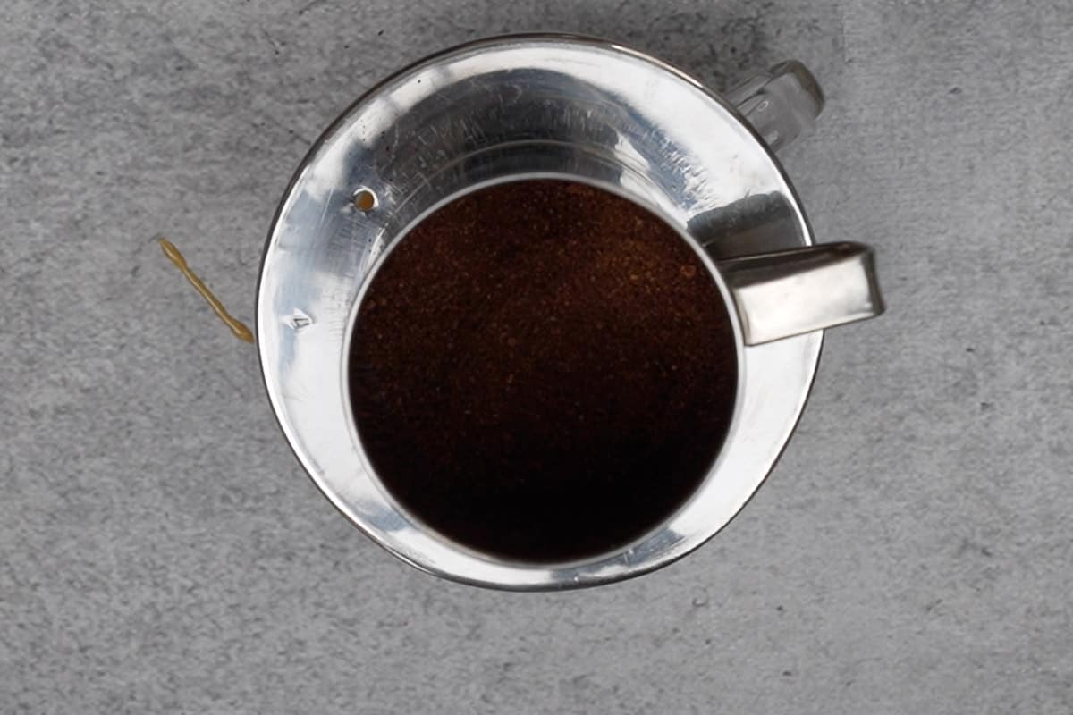 Plate with the strainer kept over the cup.