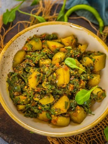 Aloo palak is a healthy and nutritious Indian potato and spinach stir fry. Made using simple ingredients, it comes together in under 30 minutes (vegan, gluten-free).