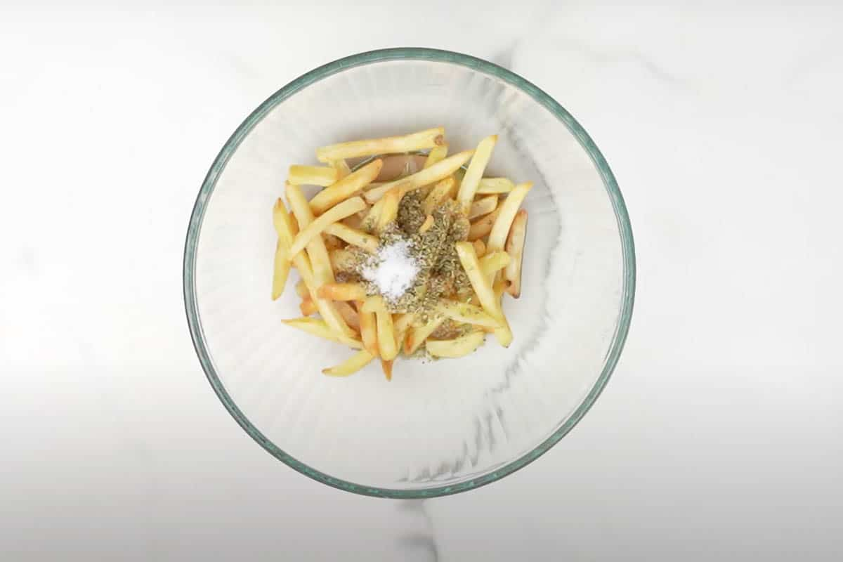 Fries poured with olive oil, vinegar, oregano and salt.