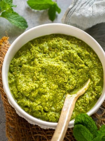 Try this 5-minute mint chutney that will be a great accompaniment to your stuffed parathas, pakoras, biryanis, and whatnot. This Indian green chutney is refreshing, flavourful, and delicious. Here is how to make it.