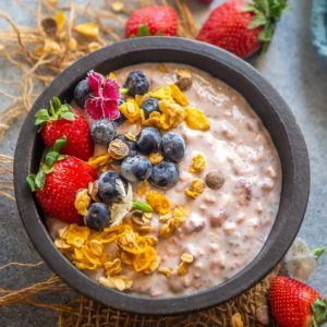 Make these healthy, quick, and easy strawberry overnight oats in just 5 minutes. You can meal prep it for the week and grab a jar on busy weekday mornings for a yummy treat.