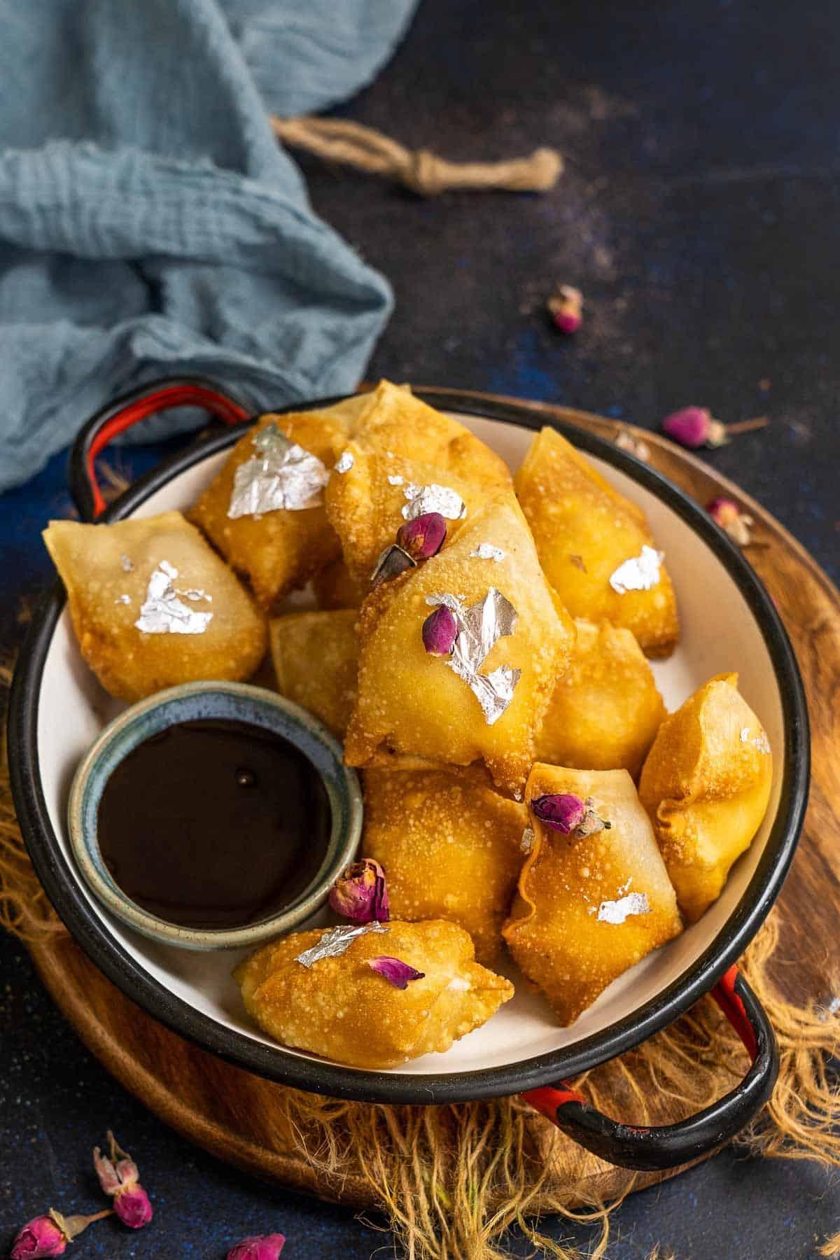 Kalakand wontons served on a plate.